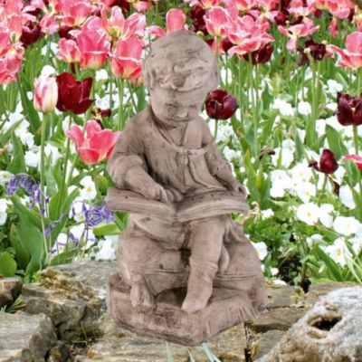 Country Garden  Lesender Junge